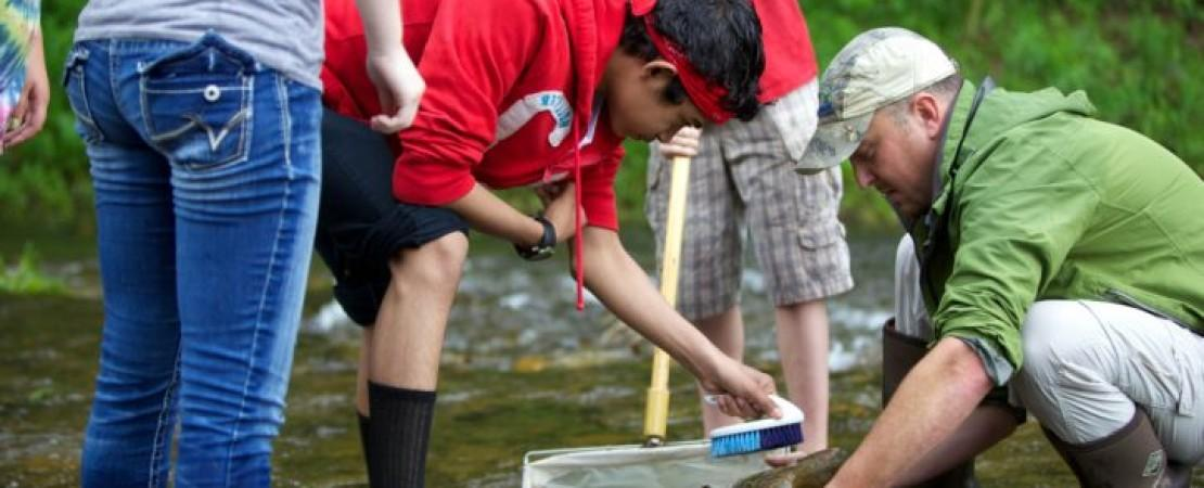 school-children-test-water-quality-chemistry-water-river-725x483